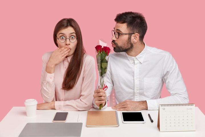 既婚男性が職場の気になる女性に好意のサインを送っている
