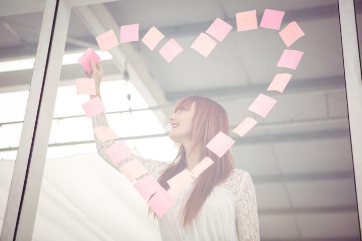 職場での片思いに疲れた女性が、なんとか社内恋愛を成就させタイト願っているところ