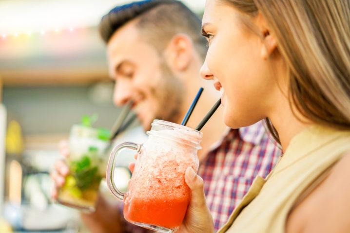 既婚者同士のサシ飲みに誘われて、好意からなのか彼の男性心理が気になっている女性